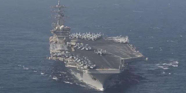 Le porte-avions USS Nimitz (CVN 68) avance tout en participant à Malabar 2020 dans la mer d'Oman.  (Photo de la marine américaine par le spécialiste de la communication de masse de 3e classe Keenan Daniels)