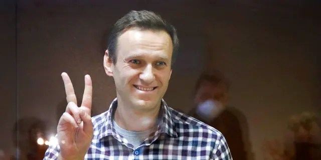 In a gesture by Russia's opposition leader Alexey Navalnyi, Moscow, Russia, on Saturday, February 20, 2021, stood in a cage in the Babuski District Court.  (AP Photo / Alexander Zameliyanchenko)