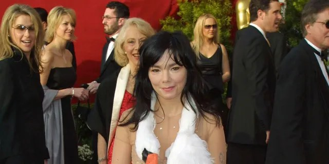 Björk on arrival at the 73rd Annual Academy Awards at the Shrine Auditorium in Los Angeles, California in 2001.