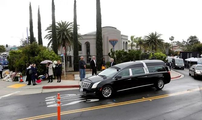 El cortejo fúnebre de la persona muerta en el ataque a una sinagoga en San Diego