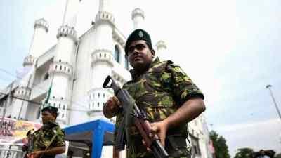 عناصر الجيش أمام مسجد بالعاصمة السريلانكية