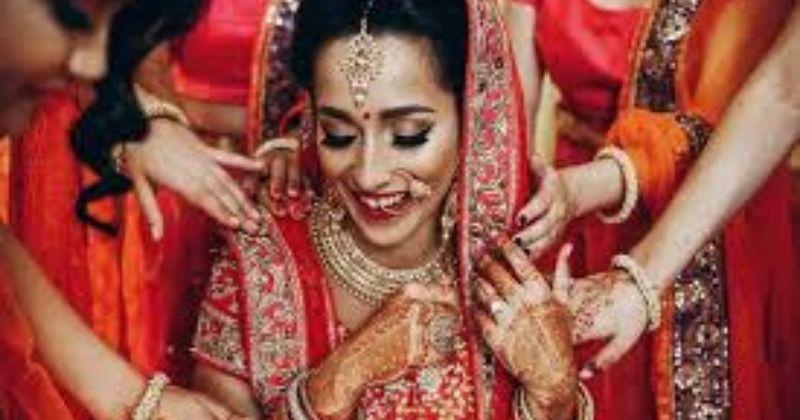 शादी के दिन खूबसूरत दुल्हन दिखने के लिए ये वेडिंग स्किन केयर रूटीन अपनाएं