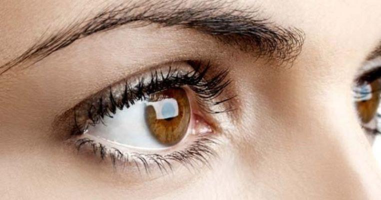 आंखों के नीचे की ढीली त्वचा में कसाव लाएगी ये मसाज