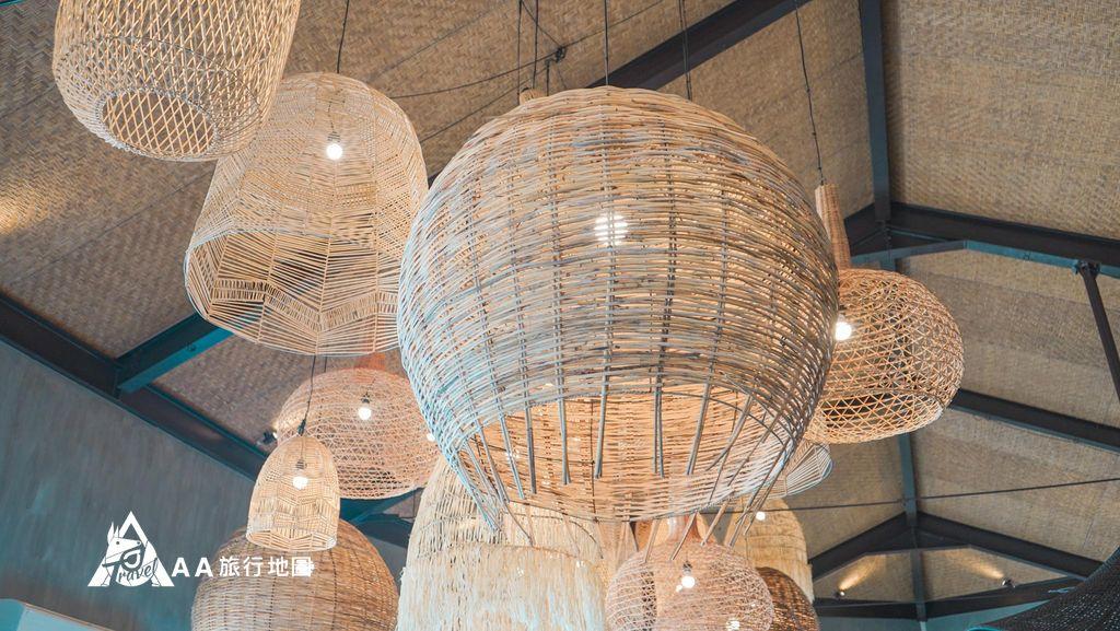 水灣餐廳榕堤第一館上面的燈也有這種藤編的,很有特色