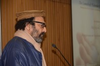 Jawed Naqvi speaking during the Indo-Pak calendar launch