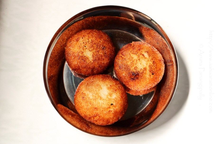 Suji Kakara Pitha: Deep-fried semolina balls with coconut stuffing