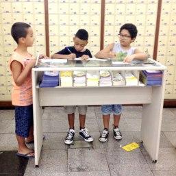 Júnior, Ryan e Gabriel nos Correios; at the Post Office