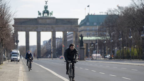FILE PHOTO: 17th June street leading up to Brandenburger gate in Berlin © AFP / Odd Andersen