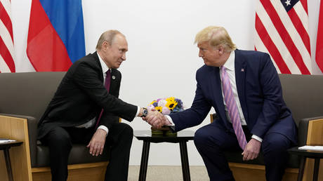 FILE PHOTO: Vladimir Putin and President Donald Trump shake hands during a bilateral meeting in Osaka © Reuters / Kevin Lamarque