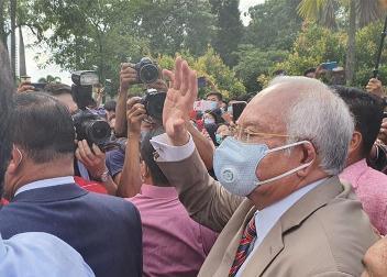 ملائیشیا کے سابق وزیراعظم کو 12 سال قید، 5 کروڑ ڈالر جرمانہ
