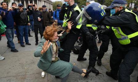 لندن پولیس کا کووڈ19 تالہ بندی کے خلاف مظاہرہ کرنے والے شہریوں پر تشدد