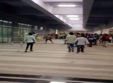 تنخواؤں میں بےقاعدگی: ہندوستان میں ایپل کمپنی کے پیداواری مرکز پر ملازمین کا دھاوا – پولیس نے 132 کو دھڑ لیا
