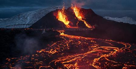 آئس لینڈ آتش فشاں 1 ماہ بعد دوبارہ لاوا اگلنا لگا: دور دور سے سیاح آگ کا دریا دیکھنے پہنچنے لگے – ویڈیو