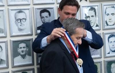معروف انقلابی رہنما چی گویرا کے قتل سمیت متعدد عالمی سازشوں میں ملوث متنازعہ کیوبائی کردار فیلکس رودریگوز کو امریکہ کا تمغہ آزادی کا انعام