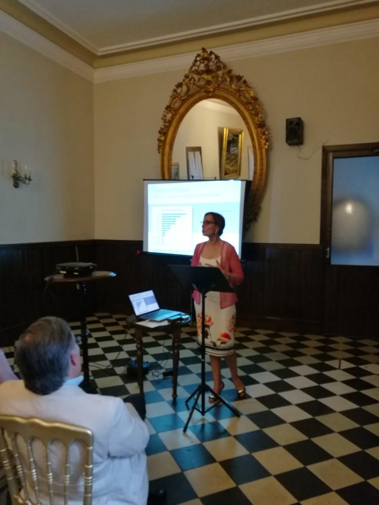 La Dra. Gonzalez en plena exposición sobre la gestión de las implicaciones de los materiales en la Salud Laboral