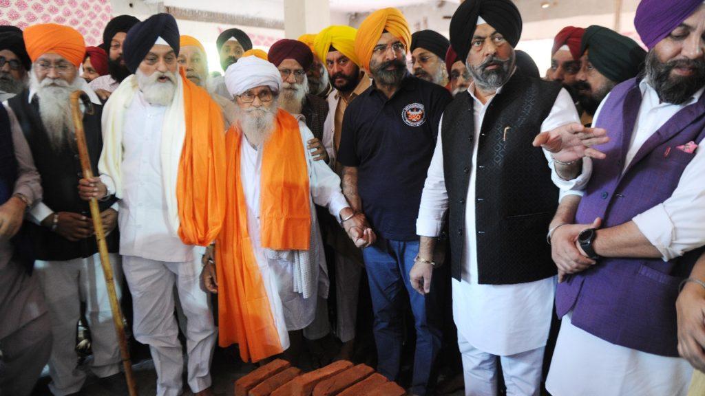 दिल्ली गुरुद्वारा कमेटी द्वारा 550 बिस्तरों वाले बाला साहिब अस्पताल की कार सेवा बाबा बचन सिंह जी ने शुरु की