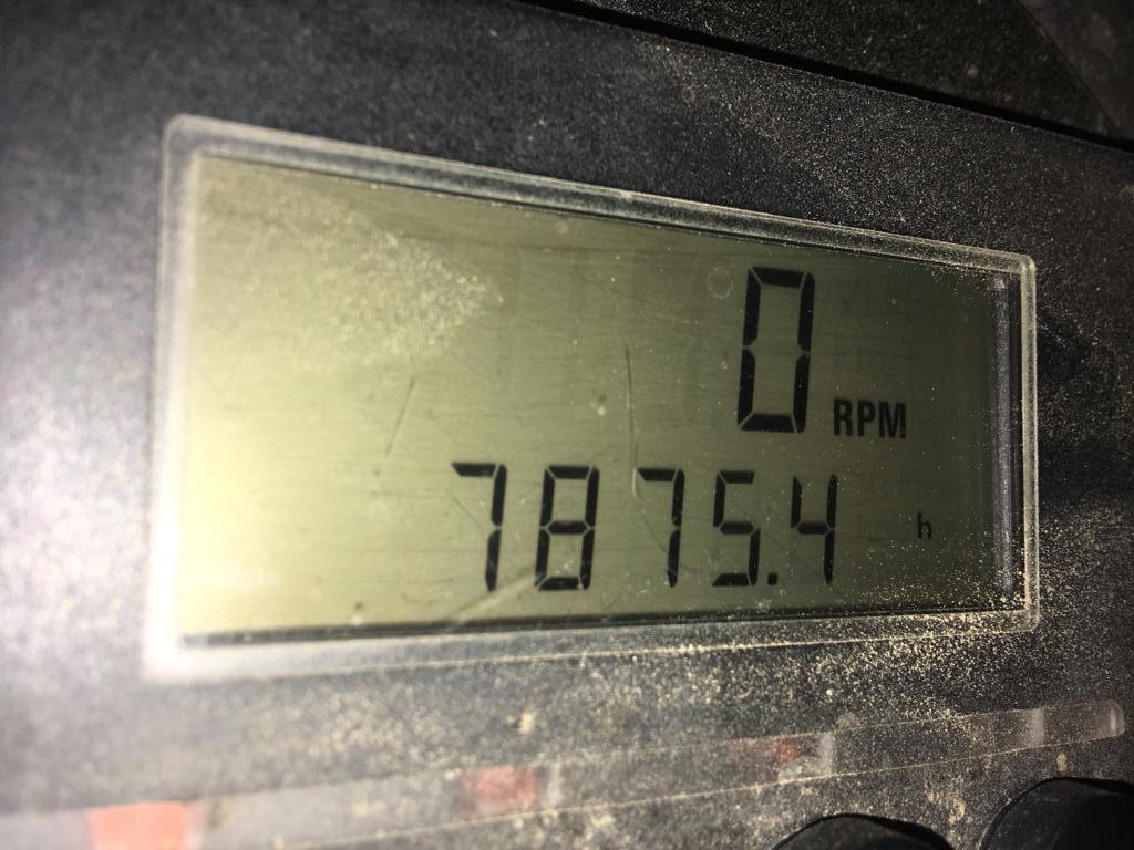 De urenteller staat op 7875 uur.