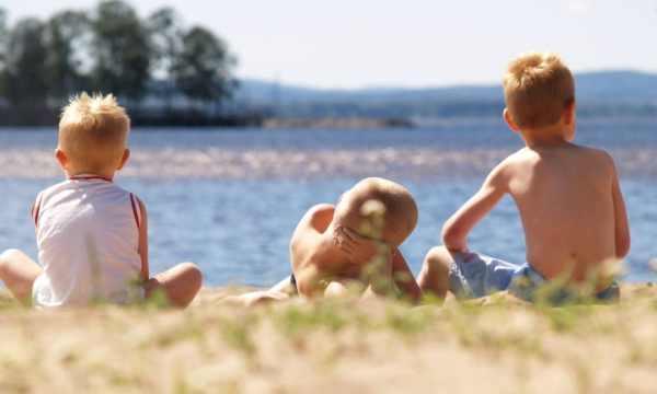 Ved den børnevenlige strand ved søen Siljan