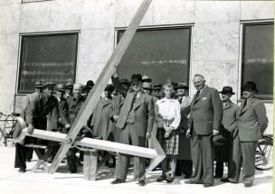 Viserne til rådhusets tårnur, inden de blev sat fast. Den store viser måler tre meter