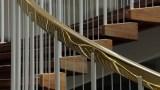 Gyldent messing går igen på trappegelændere, lamper, håndtag og askebægre