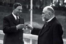 Arkitekt Arne Jacobsen skåler på godt samarbejde med borgmester H.P.Christensen ved grundstensnedlæggelsen i september 1938