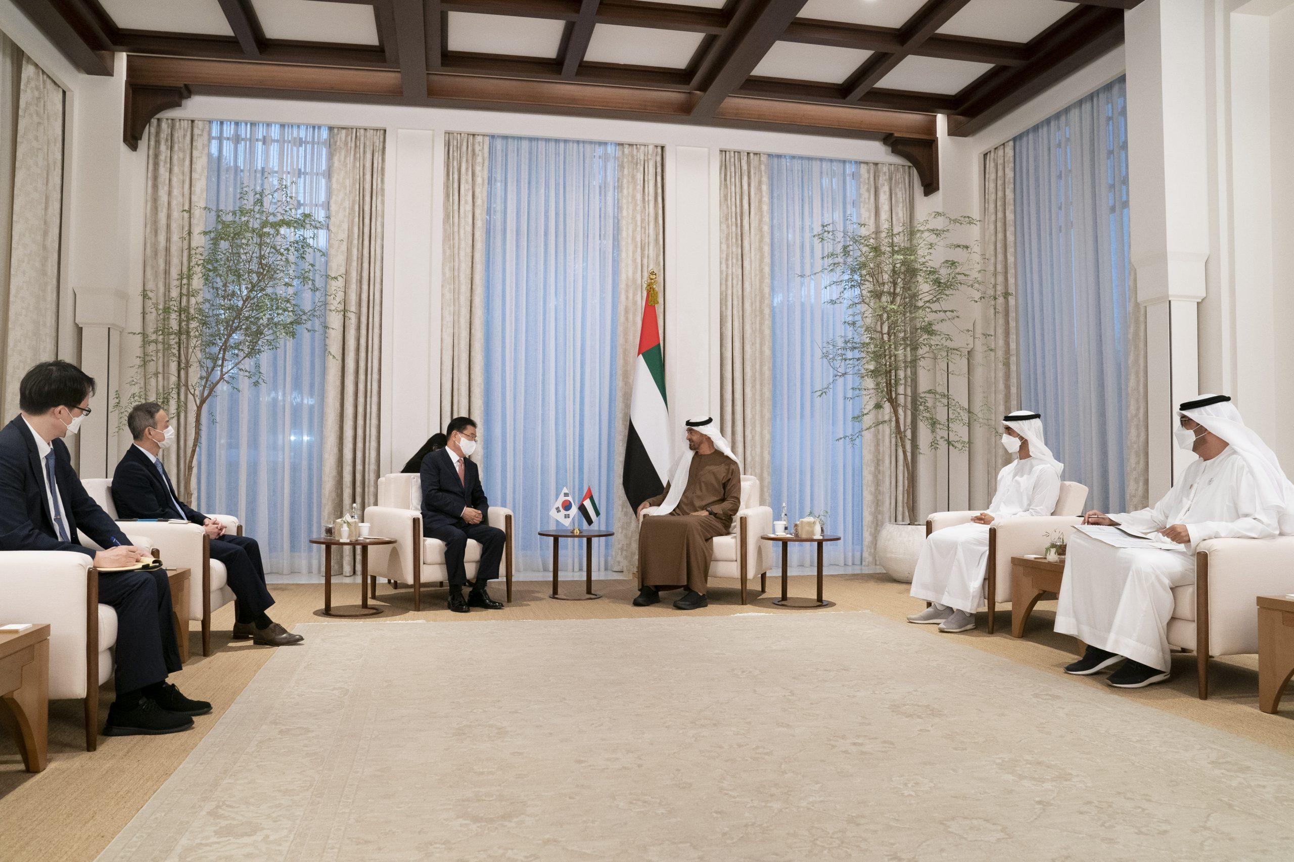 التقى الشيخ محمد بن زايد آل نهيان، ولي عهد أبوظبي نائب القائد الأعلى للقوات المسلحة وزير خارجية كوريا الجنوبية جيونغ وي يونغ.