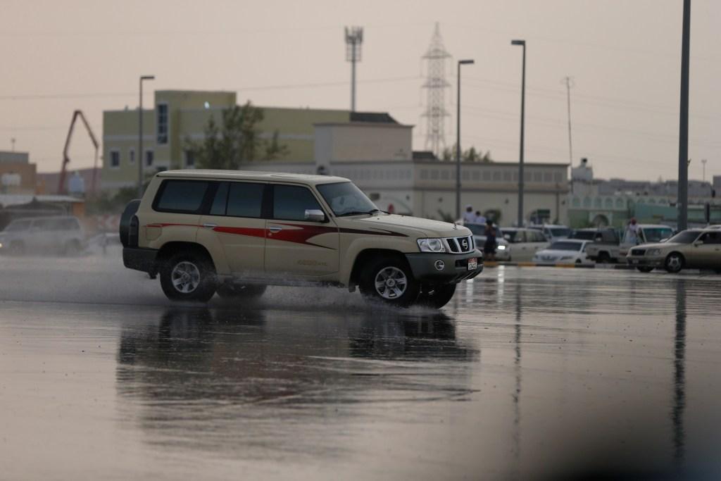 امطار على طريق ناهل و منطقة اليحر
