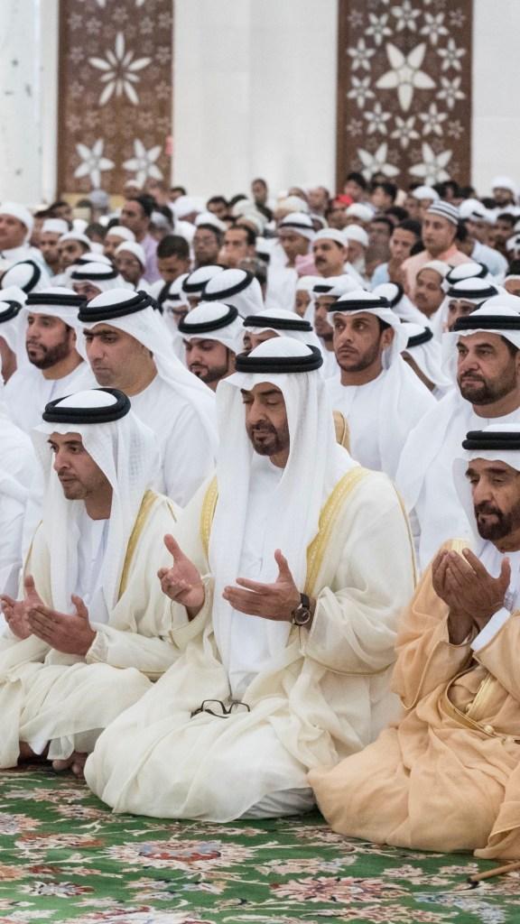 محمد بن زايد خلال تأدية صلاة عيد الفطر السعيد مع جموع المصلين في جامع الشيخ زايد الكبير بأبوظبي