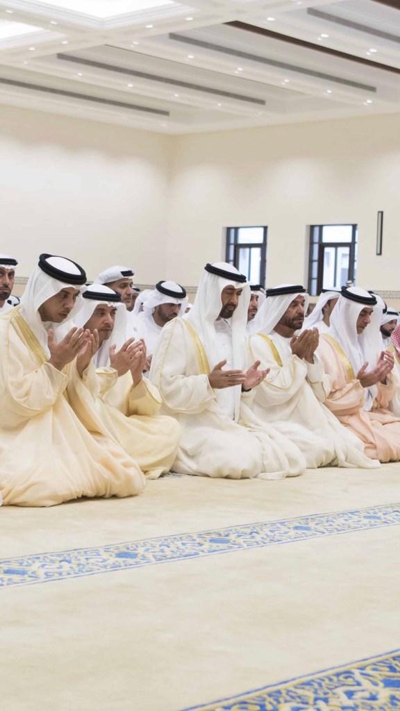 محمد بن زايد يؤدي صلاة عيد الاضحى بجامع الشيخ سلطان بن زايد الاول ف ابوظبي