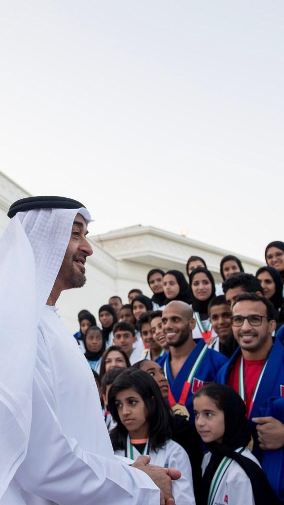 محمد بن زايد يستقبل أبطال أبوظبي العالمية للجوجيتسو ويهنئهم على إحراز النتائج المشرفة، متمنيا لهم دوام التوفيق في حصد الجوائز العالمية
