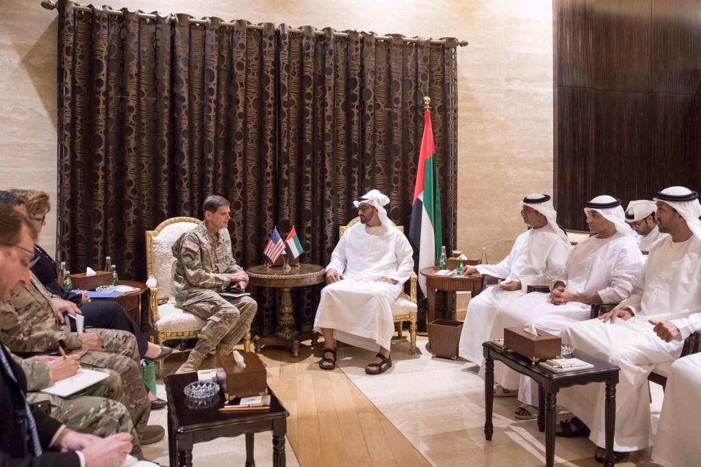 محمد بن زايد يستقبل قائد القيادة المركزية الأمريكية ويبحث معه التنسيق والتعاون بين البلدين في عدد من المجالات العسكرية والدفاعية