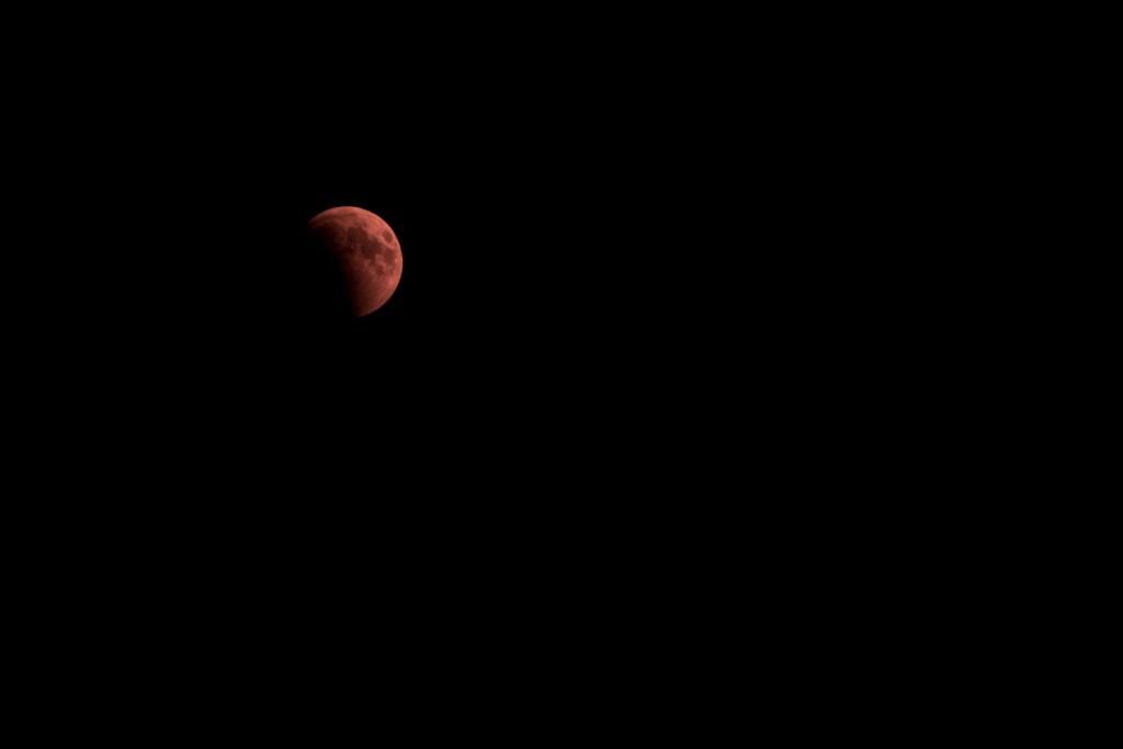 خسوف القمر على قمة جبل حفيت في مدينة العين