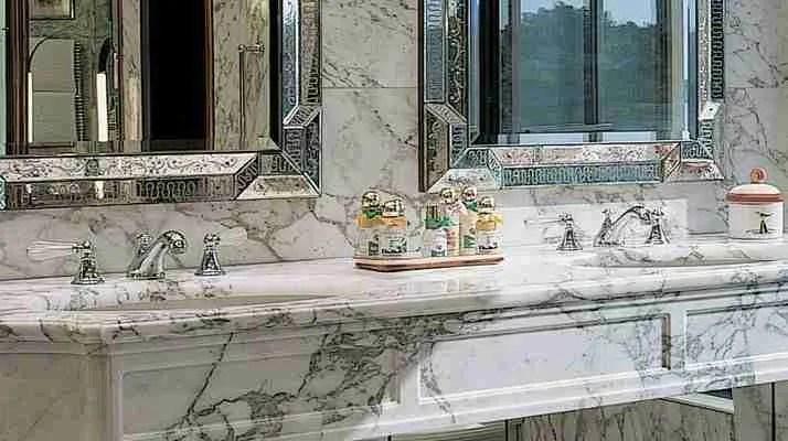 particolari di specchio veneziano inciso