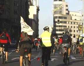 Un piquete ciudadano de 500 ciclistas ralentiza el tráfico en el centro de Madrid