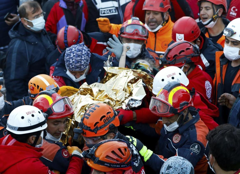ارتفاع عدد ضحايا زلزال إزمير إلى 83... وإنقاذ طفلة أمضت 65 ساعة تحت الأنقاض | الشرق الأوسط
