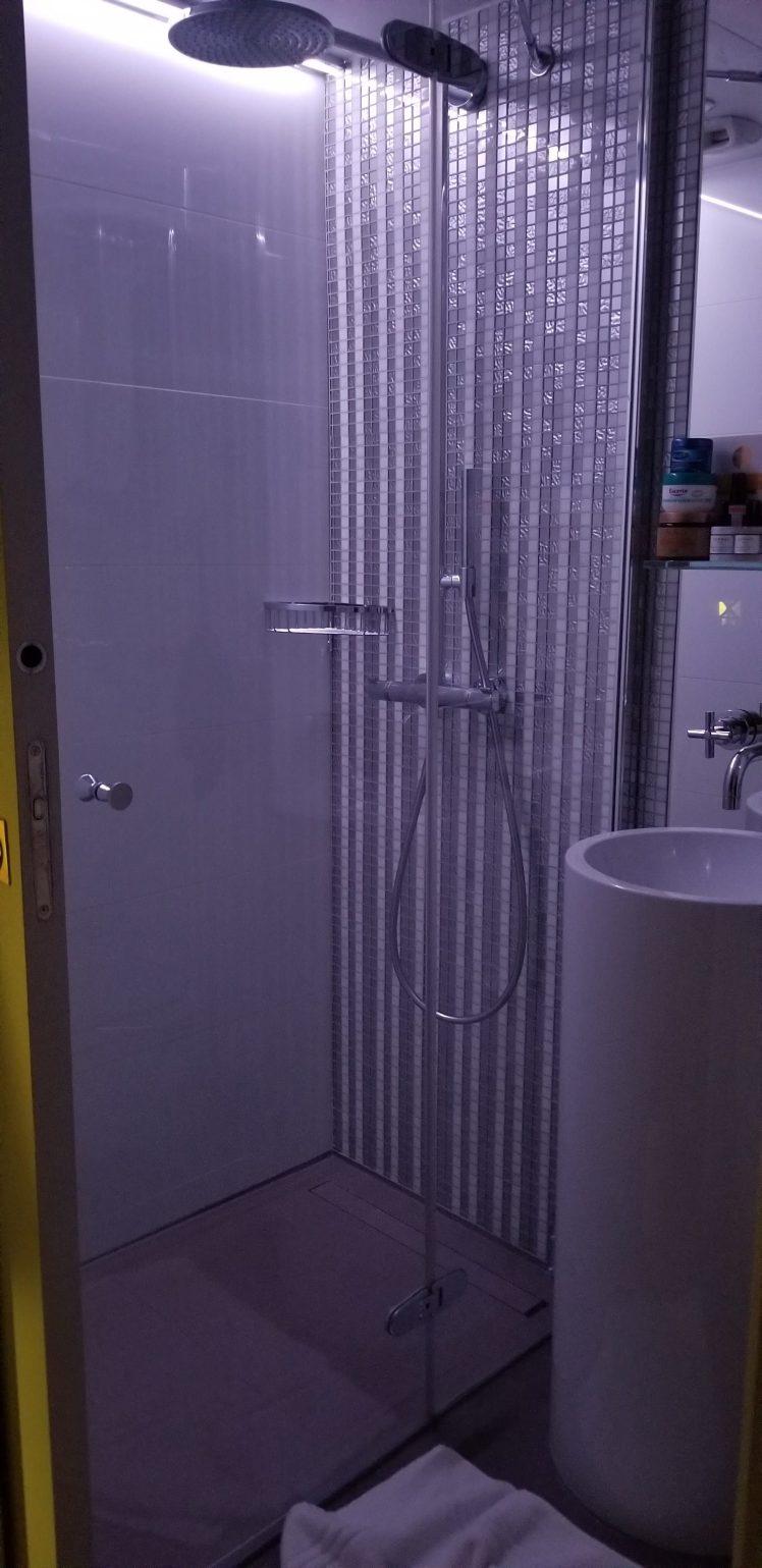 Shower in soft purple Hotel R de Paris May 2019 (1)