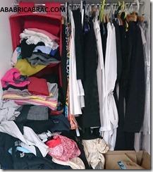 Placard encombré de vêtements