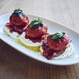 Tomates a baja temperatura (en el horno) con mozzarella, bresaola y aceite de albahaca y tomate