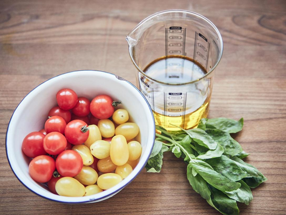 Tomatitos confitados sous vide con albahaca