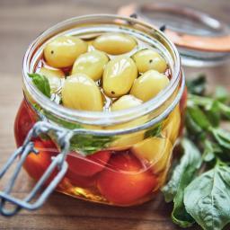 Tomatitos multiusos confitados sous vide con albahaca