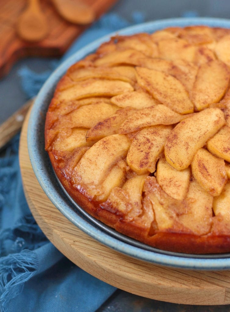 Close up on the caramelised apples over the cake.