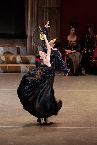 Katherine Cowgill & Zheng Hua Li in 'Swan Lake'. Photo: Reed Hutchinson