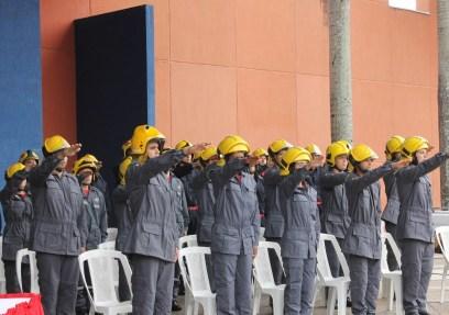 Novos bombeiros voluntários realizando o juramento profissional