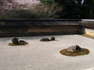 Author:  Stephane D'Alu, via Wikipedia Commons 日本・京都の龍安寺石庭 Dry Garden in Ryoanji (Kyoto, Japan)