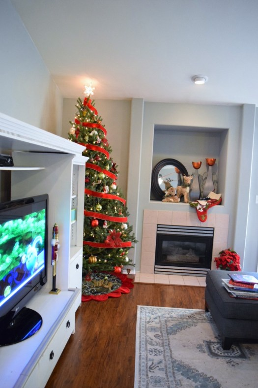25 Christmas Living Room Decorated with Tree