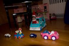 Jeudi ele joue aux voitures