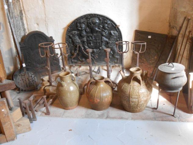 Landiers, chenêts et jarres à huile de noix