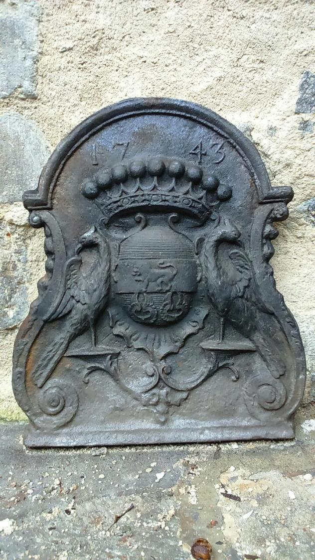 Plaque de cheminée en fonte  (1743). Provenance: Relais de Chasse La Croix de Retz à Yzeure. (78x56 cm et 45 kg) € 450