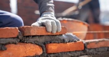 trabalhador-industrial-de-pedreiro-instalar-alvenaria-de-tijolo-com-espatula-espatula-no-canteiro-de-obras_33835-1135