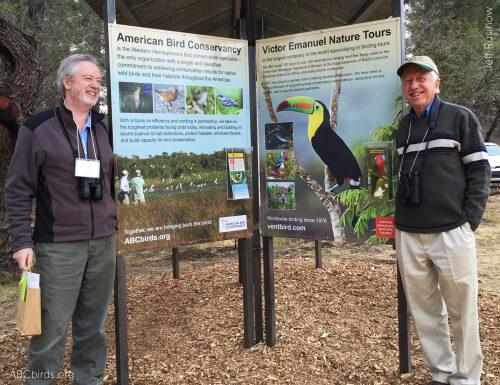 El presidente de ABC, George Fenwick (izquierda) y Victor Emanuel de Victor Emanuel Nature Tours, quienes ayudaron a liderar el esfuerzo para proteger este lugar especial, estuvieron presentes para celebrar el Paton Center.  Foto de Jeff Rusinow